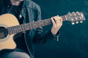 Wie funktioniert eine Akustik-Gitarre?